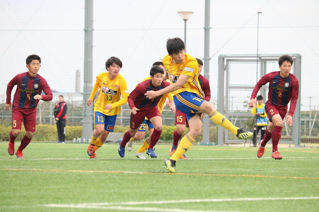 Images : 2番目の画像 - 大会1日目の様子。広島皆実対帝京長岡など、合間にはフレンドリーマッチも行なわれた(写真◎サッカーマガジン) - サッカーマガジンWEB