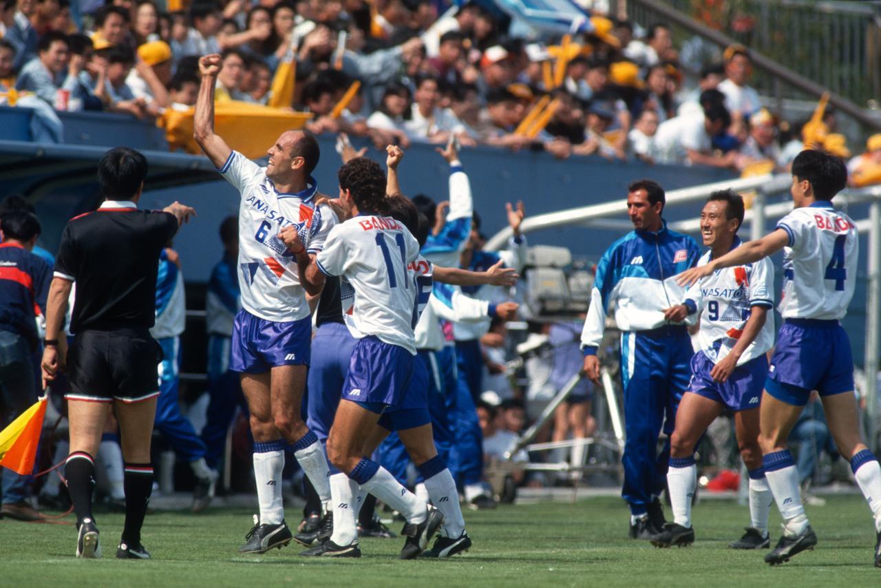 画像: 1993年5月16日に三ツ沢球戯場で行われた横浜F対清水。3-2で横浜Fが勝利を飾った(写真◎BBM)
