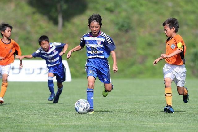 画像: 2018年大会の決勝はPK戦の末、ダイナモ川越東FC(青)が川中島サッカークラブ(オレンジ)を破り、初優勝を遂げた