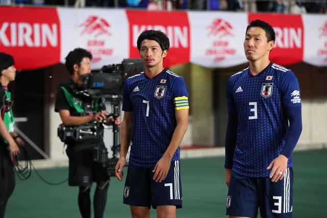 画像: 試合後、ファンの声援に応えて歩く柴崎と昌子