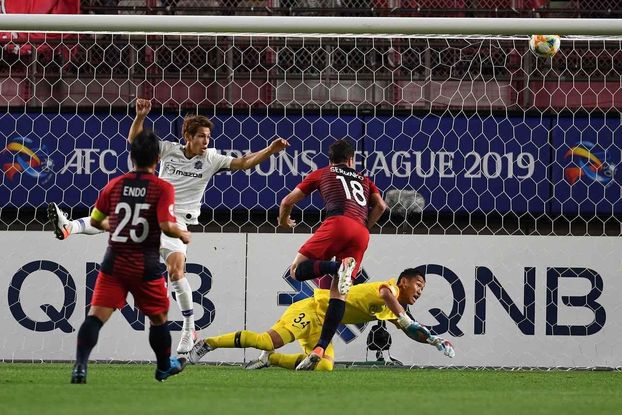 画像: ゴールの瞬間、「ボールだけを見ていた」というセルジーニョ(18)は、佐々木(左)のマークをかわした(写真◎Getty Images)