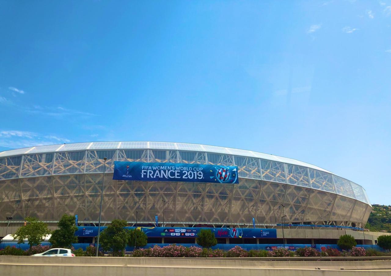 画像: イングランド戦の会場となるニースのスタジアム。フランスの青い空も素晴らしい!(写真◎日々野真理)