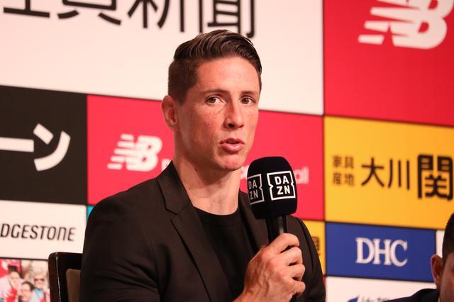 画像: 23日、東京都内のホテルで引退発表会見を行なうトーレス(写真◎サッカーマガジン)