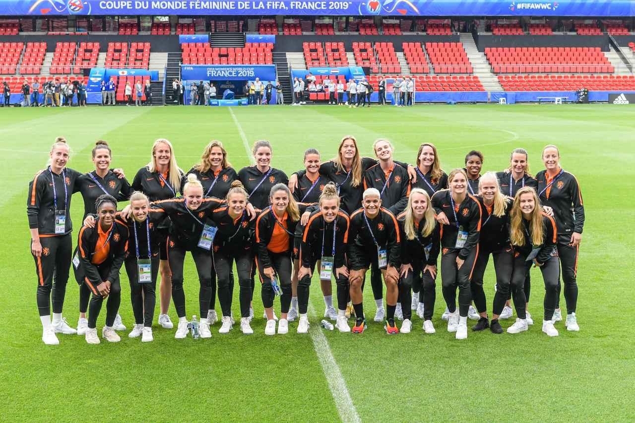 画像: 前日練習でリラックスした様子のオランダの選手たち。みんな背が高い…(写真◎Getty Images)