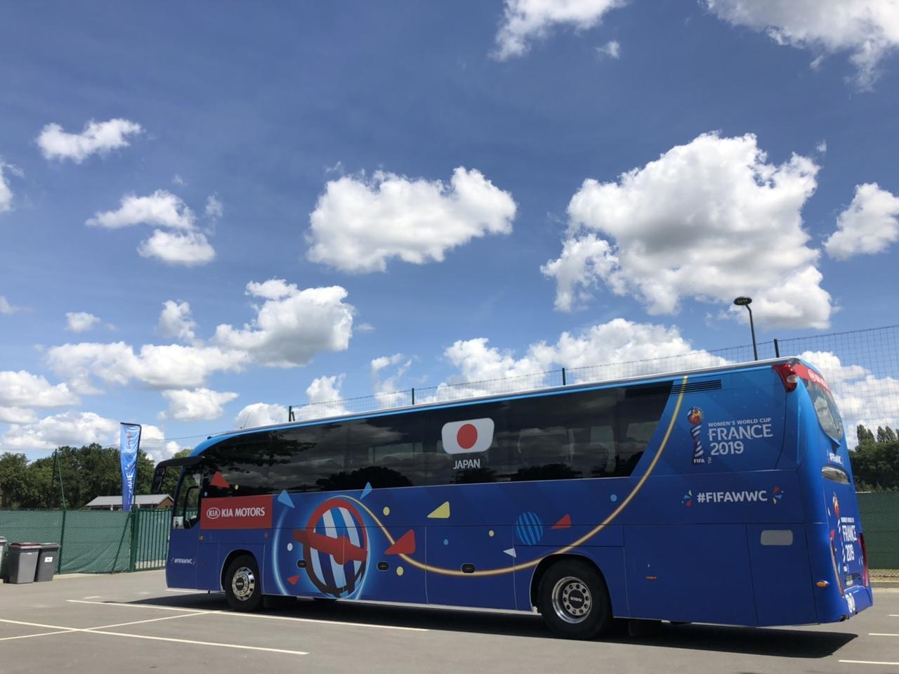 画像: 移動に使われるチームバス。日の丸があしらわれたデザインだ(写真◎日々野真理)