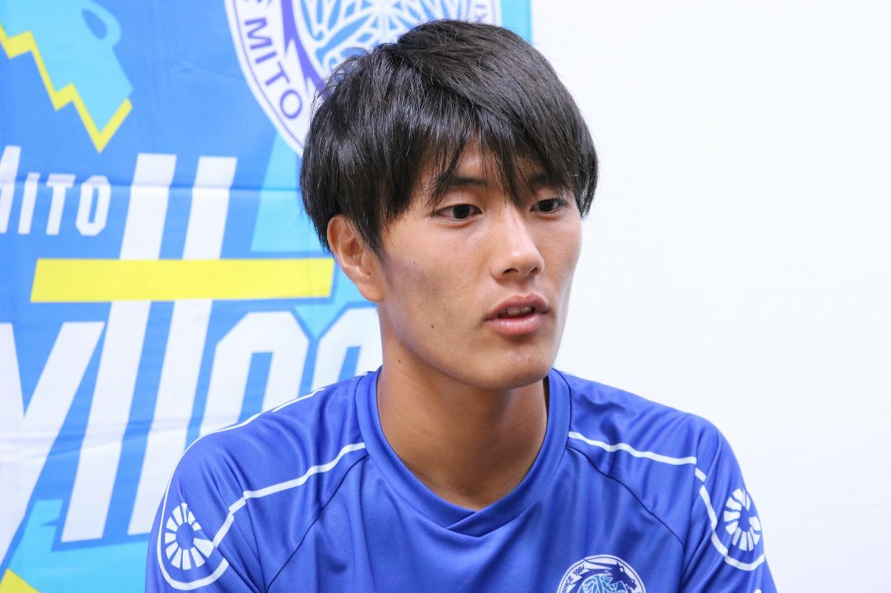 画像: 水戸加入初日の練習後、報道陣の取材に応じる小川(写真◎サッカーマガジン)