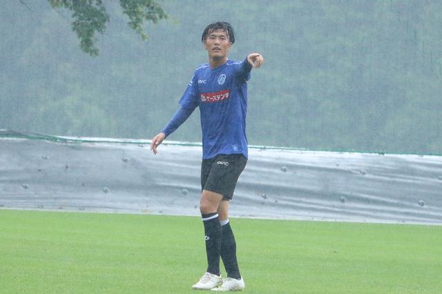 画像: 合流初日の練習試合でゴールを決めた小川(写真◎サッカーマガジン)