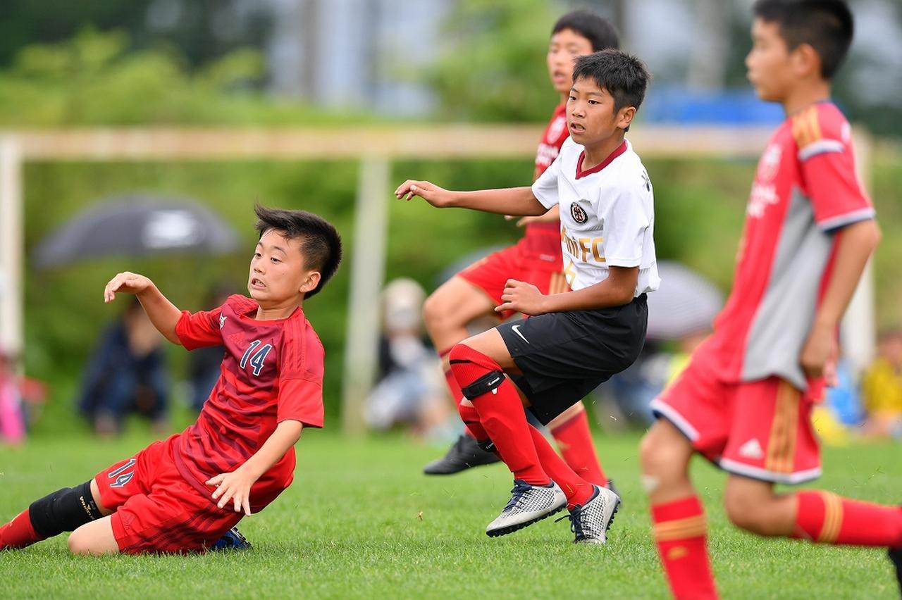 画像: 決勝でハットトリックを達成したPULCINI FCホワイトの恩田(右、写真◎BBM)