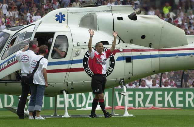 画像: 小野伸二のファンへのお披露目は、上空からヘリで降りてくるという派手な演出だった(写真◎BBM)