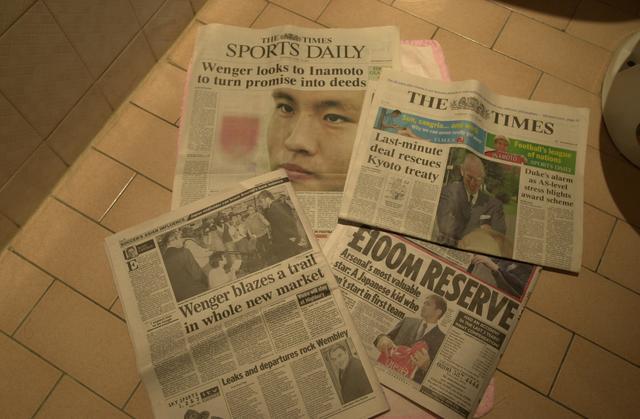 画像: 稲本の移籍会見の翌朝には現地の各紙が大々的に報じた(写真◎BBM)