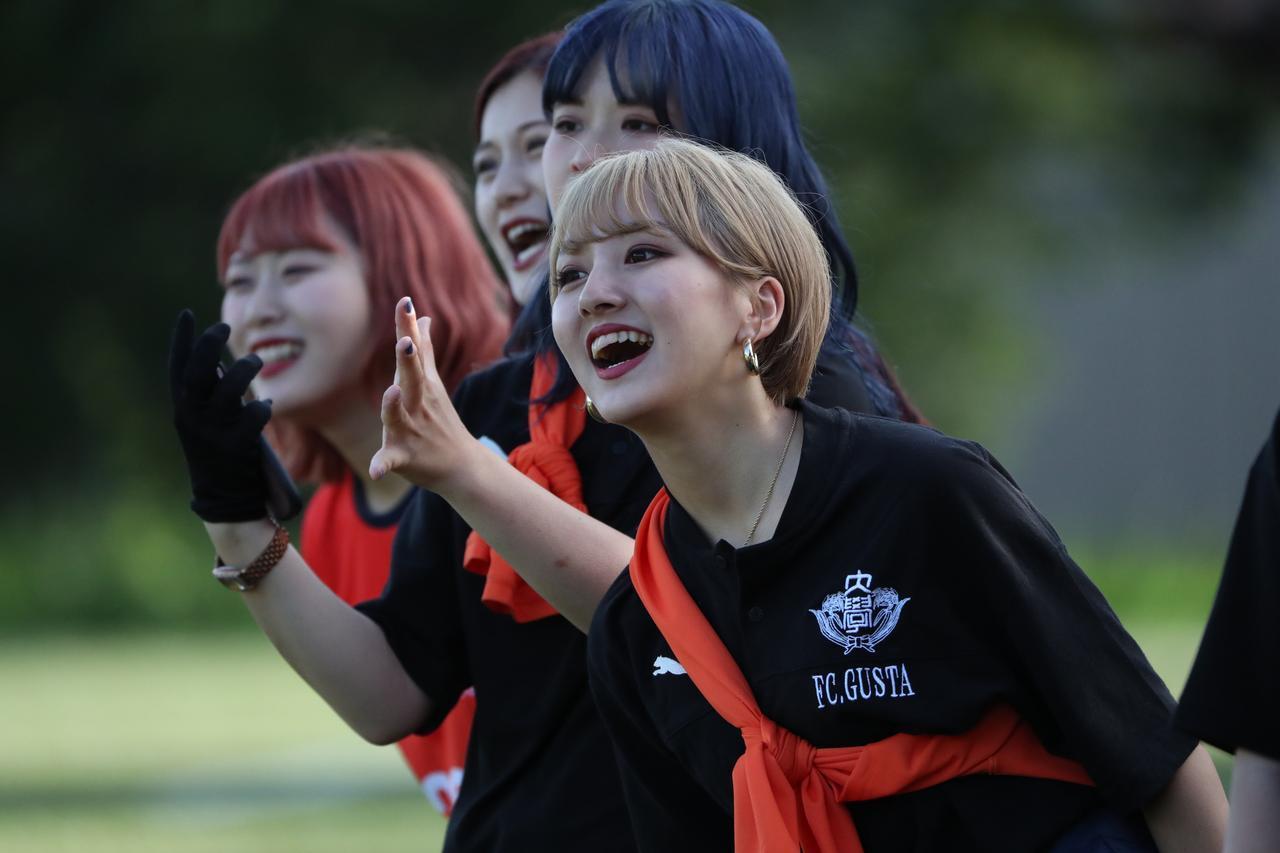 画像: 女子マネージャーがいるのも同好会・サークルの特徴。菅平高原に黄色い声援がこだました(写真=川口洋邦)