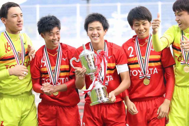 画像: 【Jユース杯】名古屋U-18がG大阪を破り2度目の優勝~カップを掲げたDF牛澤健「すごく気持ちよかった」 - ベースボール・マガジン社WEB