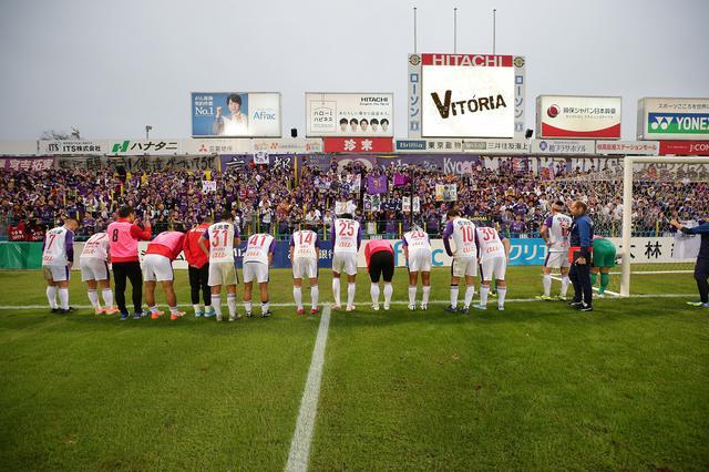 画像: 試合後、サポーターに挨拶する京都の選手たち(写真◎J.LEAGUE)