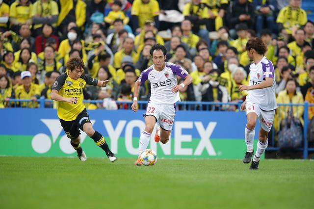 画像: 前半で4失点しても、小屋松ら京都の選手たちはゴールへ向かい続けた(写真◎J.LEAGUE)