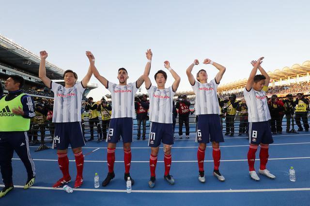 画像: 試合後、サポーターとともに勝利を喜ぶ遠藤ら横浜FMの選手たち(写真◎J.LEAGUE)
