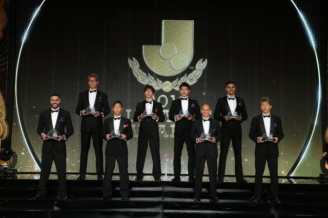 画像: ベストイレブン受賞者。後列左から林、室屋、森重、チアゴ・マルチンス、前列左からディエゴ・オリヴェイラ、喜田、マルコス・ジュニオール、永井(写真◎J.LEAGUE)