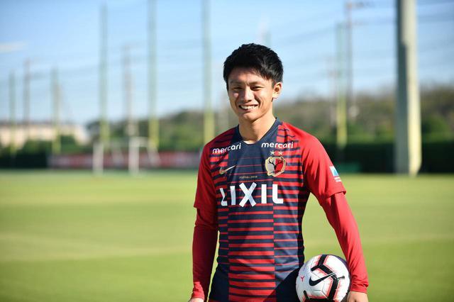画像: まだ21歳ながら、淡々と迷いなく質問に答える上田。「スーパーゴールは要らない。地味なゴールでも数多く決めることが自分の仕事」と言い切る