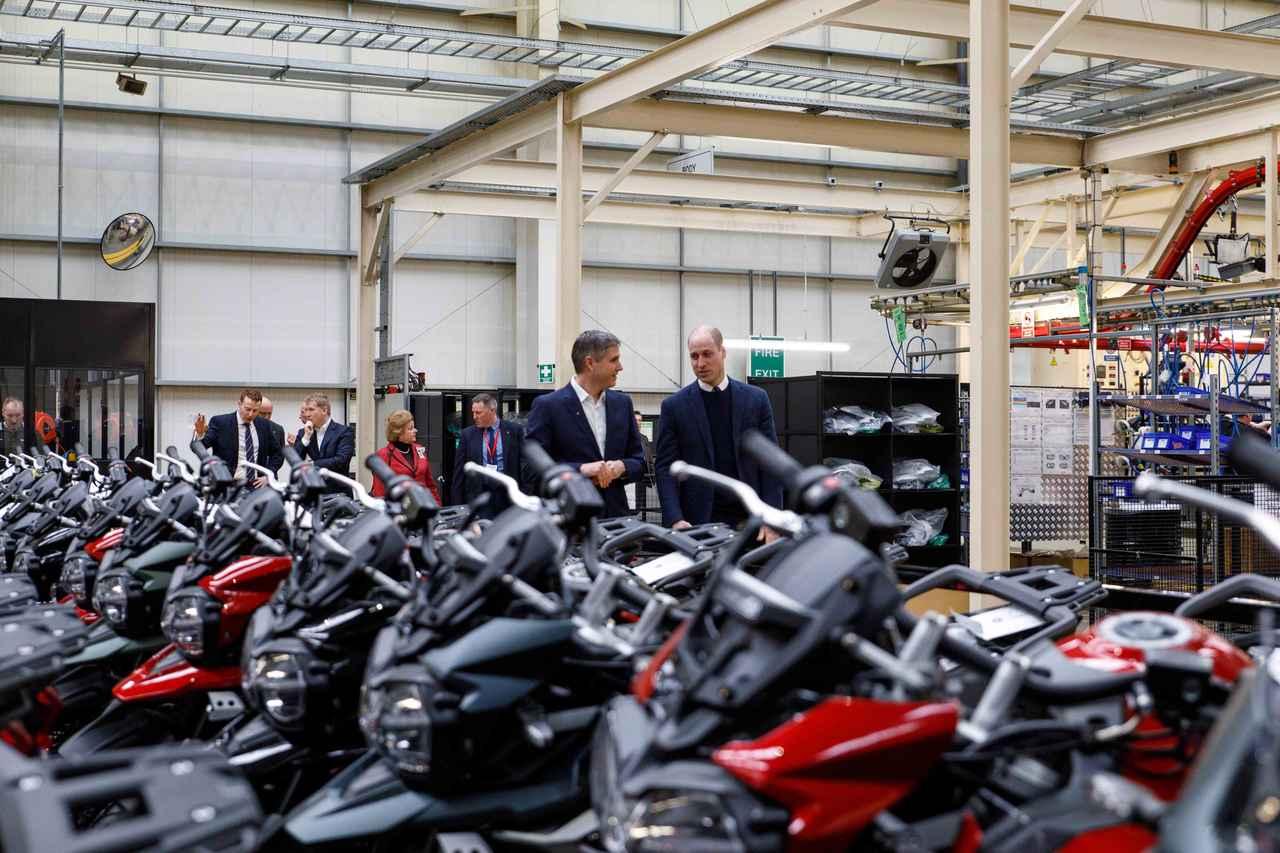 画像: Triumphは、英国内で900人の従業員を抱えており、最新設備のタイ工場と併せて年間約67,000台のオートバイを製造しています。