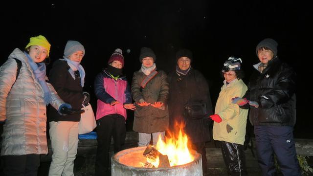 画像: 女性限定フィンランド オーロラツアーの1コマ  ~焚き火に当たりながらオーロラ出現を皆で待ちます~