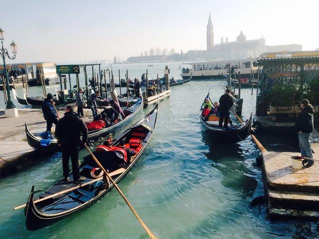 画像: 港に浮かぶゴンドラの様子