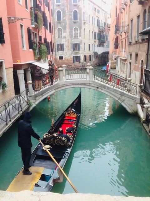 画像: 細い運河に浮かぶゴンドラ