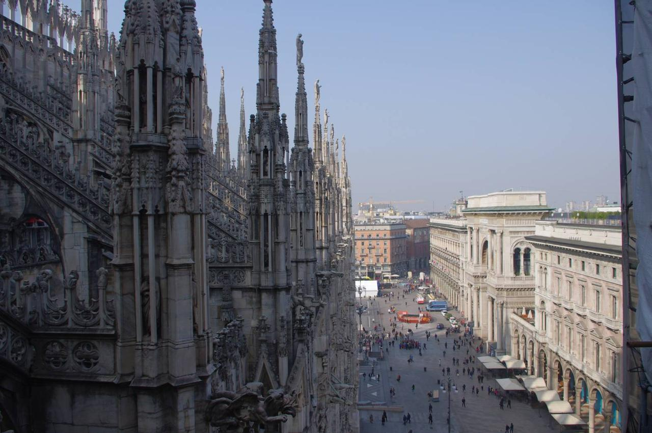 画像: ドゥオーモにのぼる途中の階段から見た広場