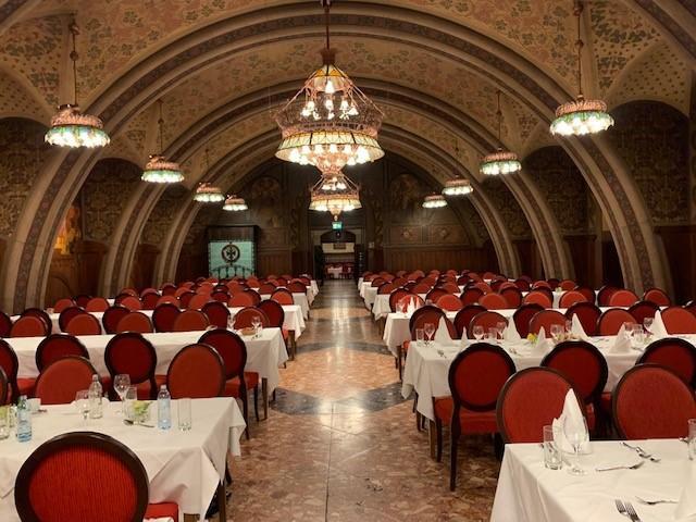画像: 夕食は市庁舎のオシャレなレストランで食事をしながら、1日の観光の思い出話を語り合いました♪