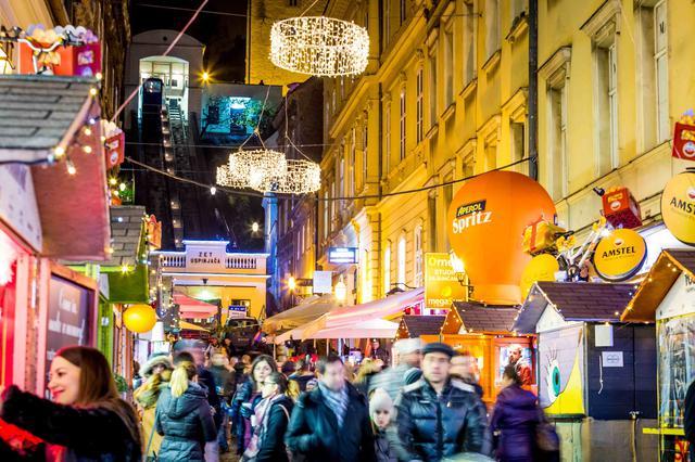 画像: クリスマスマーケットと街並み(イメージ)/@Julien Duval撮影