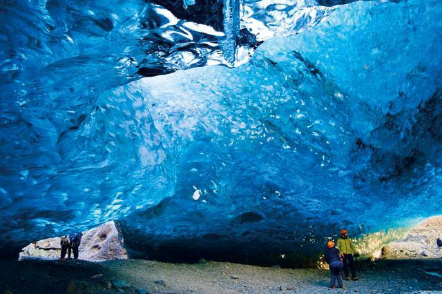 画像: ヘルメットとアイゼンを付け、洞窟内を探検!(イメージ)