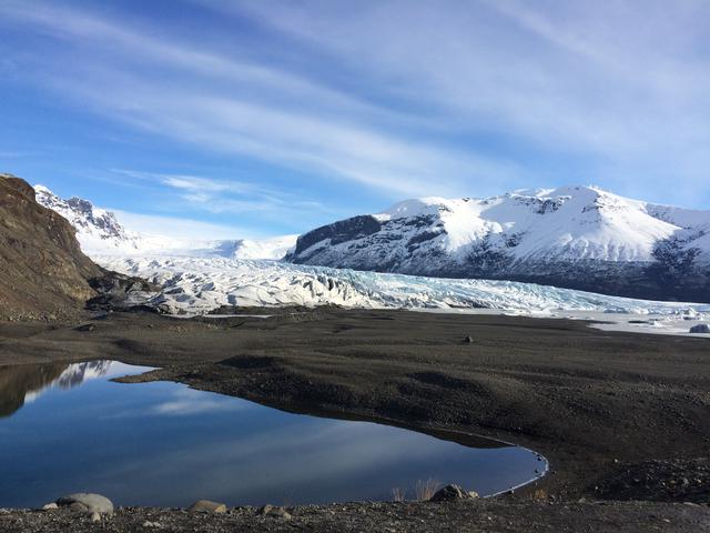 画像: 氷河を眺めながらのハイキングは爽快!(イメージ/Icelandair提供)