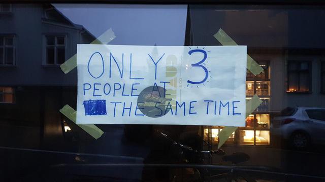 画像: 入店制限の張り紙、入れるのは一度に3人まで(現地スタッフ撮影)