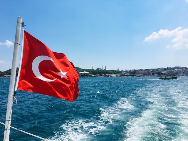 画像: ボスポラス海峡にはためくトルコ国旗(添乗員撮影・イメージ)