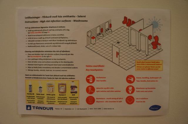 画像: お手洗い利用時の注意事項も掲示されています(現地スタッフ撮影/2020年8月)