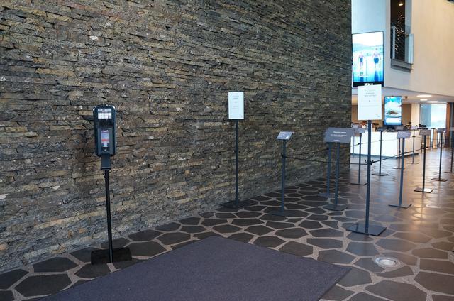 画像: 入口にはアルコール消毒液が設置(現地スタッフ撮影/2020年9月)