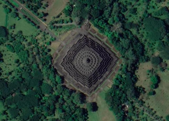 画像: ボロブドゥール寺院(インドネシア共和国) 登録基準(ⅰ)(ⅱ)(ⅵ) Google Earth