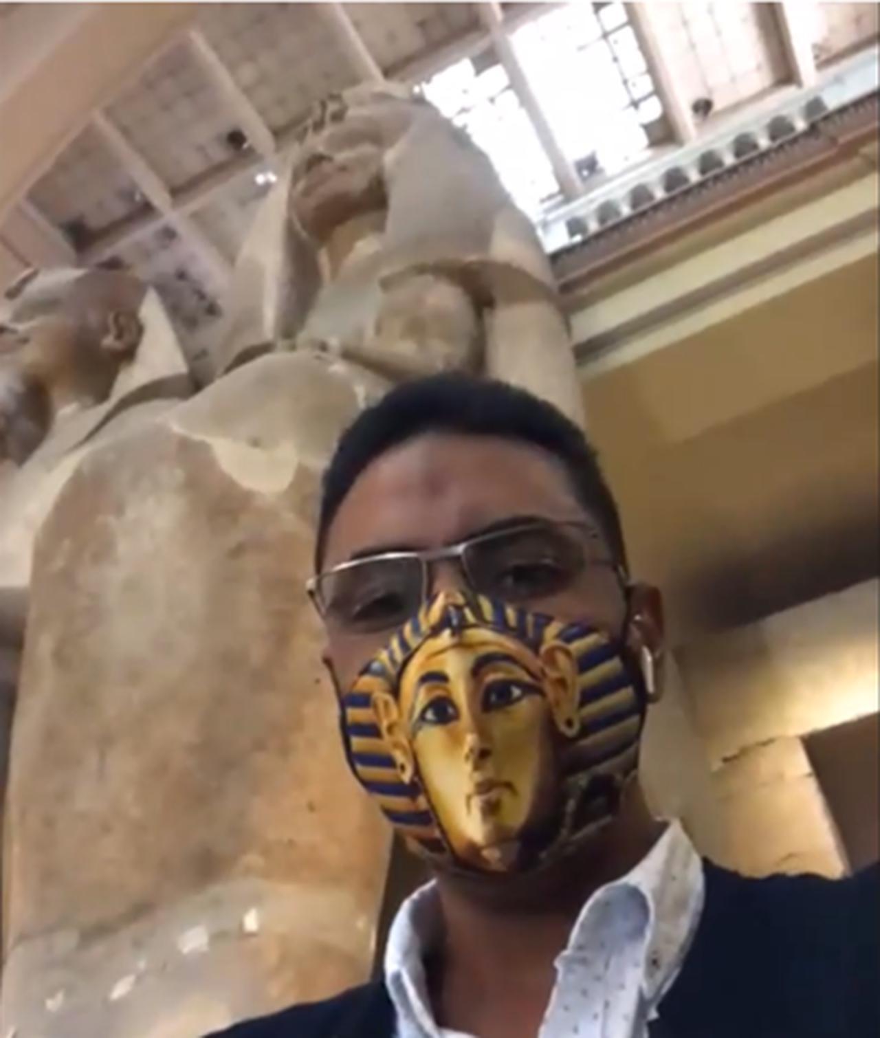 画像: 「黄金のマスク」マスクをつけるガイドアムル氏@クラブツーリズム