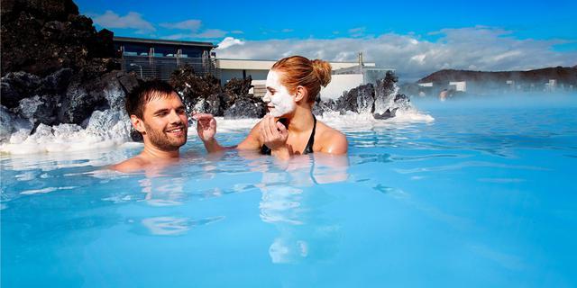 画像: 青く輝く露天風呂で視覚からも楽しめる(イメージ/PROMOTE ICELAND提供)