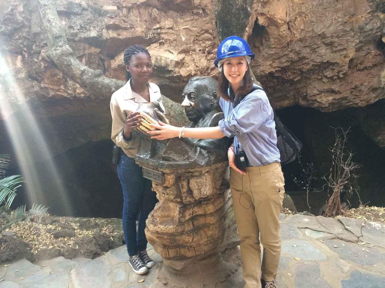 画像: スタークフォンテン洞窟前で