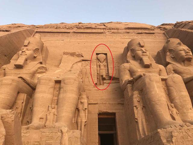 画像: ▲神殿入り口の上部分 赤丸部分が太陽神ラーの像