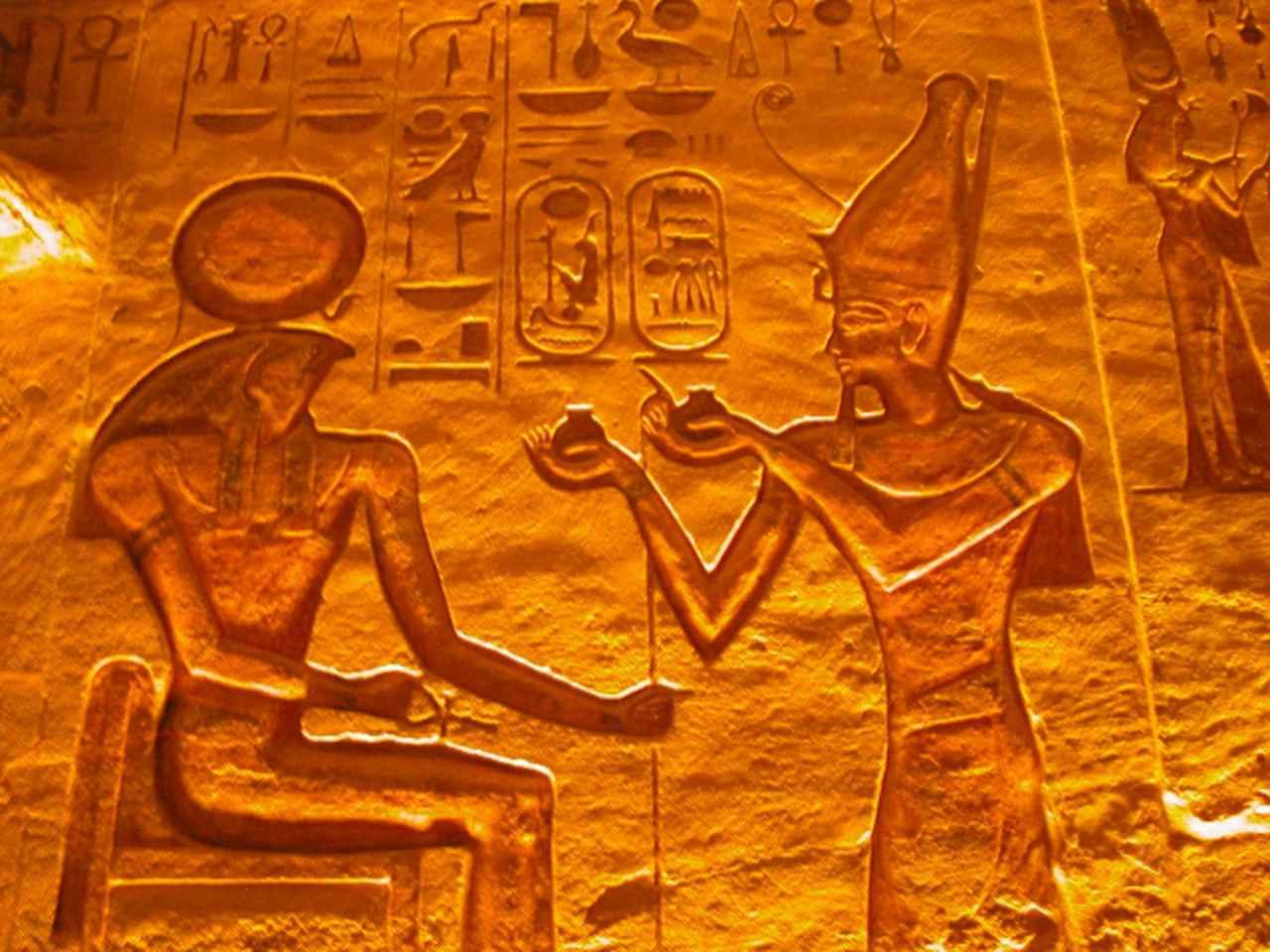 画像: ▲神殿内のレリーフ 左側が太陽神ラー