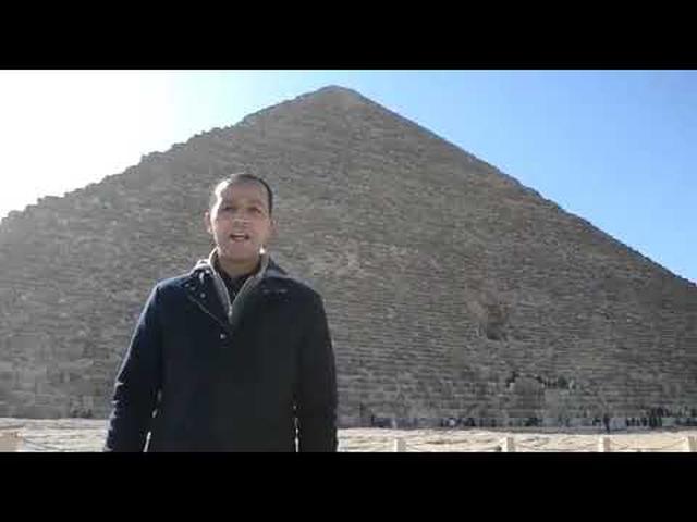 画像: クフ王ピラミッド前からガイドのナセルさん(現地手配会社提供) www.youtube.com