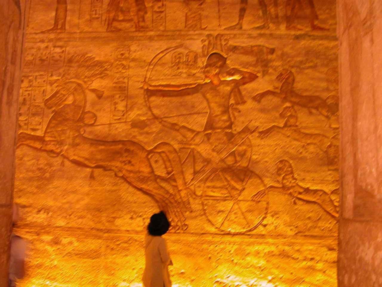 画像: アブ・シンベル神殿内レリーフ アブシンベル神殿の壁画には巨大なラメセス2世が敵を討つ姿が描かれています