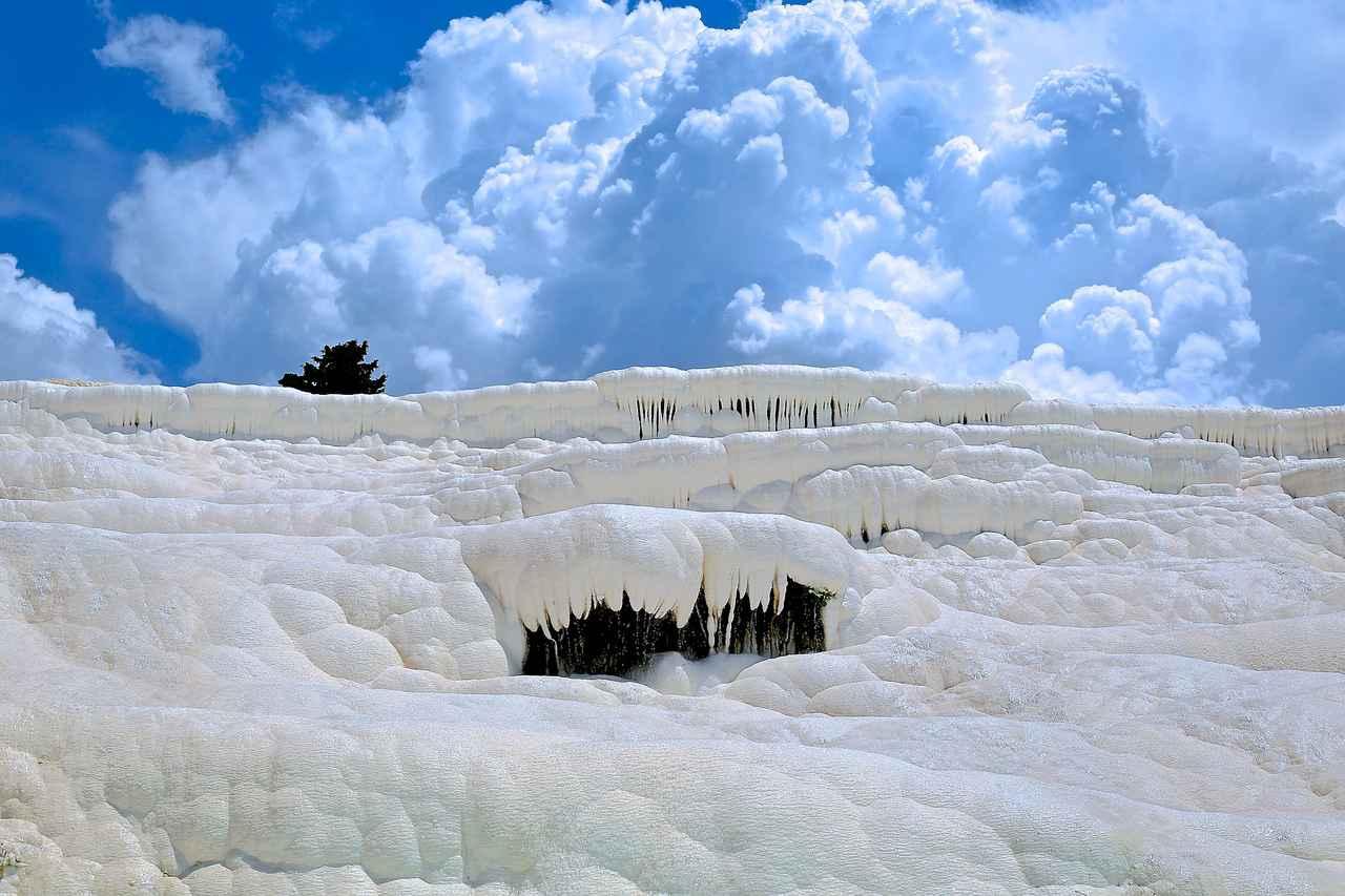 画像: パムッカレの白く輝く石灰棚(イメージ)