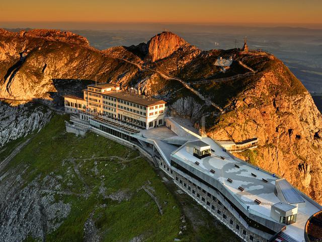画像: ピラトゥス山頂にはホテルが
