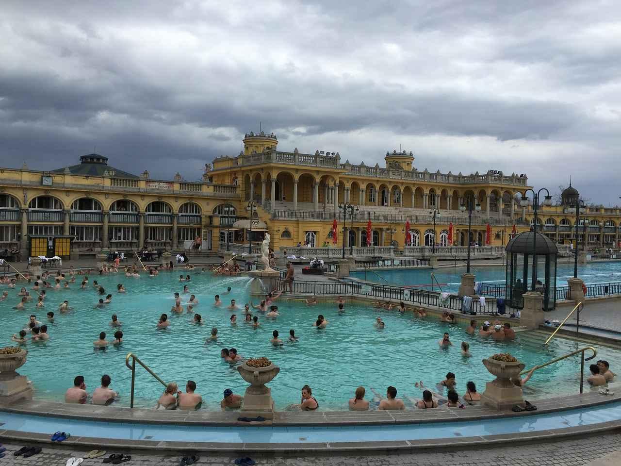画像: セーチェニ温泉ではチェスに興じたり市民の憩いの場となっている(イメージ)