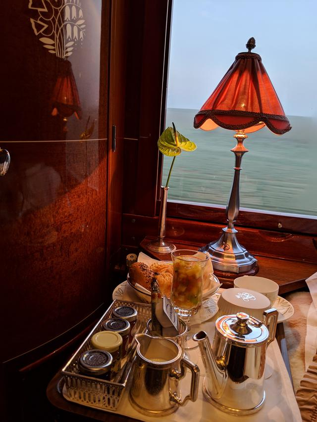 画像: 車窓を楽しみながらの朝食/弊社社員撮影