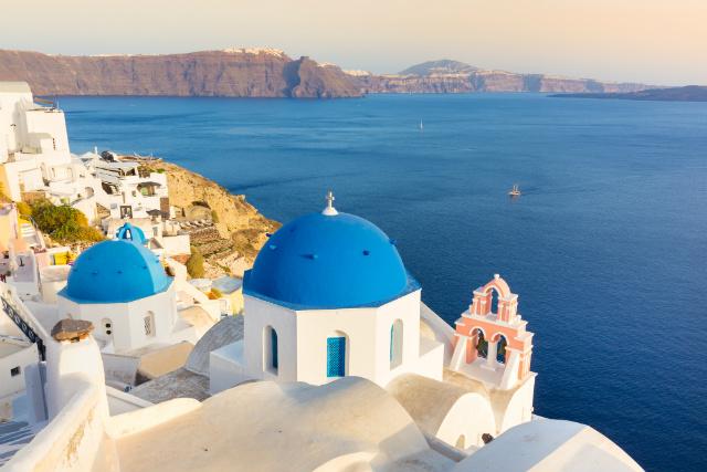 画像: イアの青いドームとピンク色の鐘楼(イメージ)