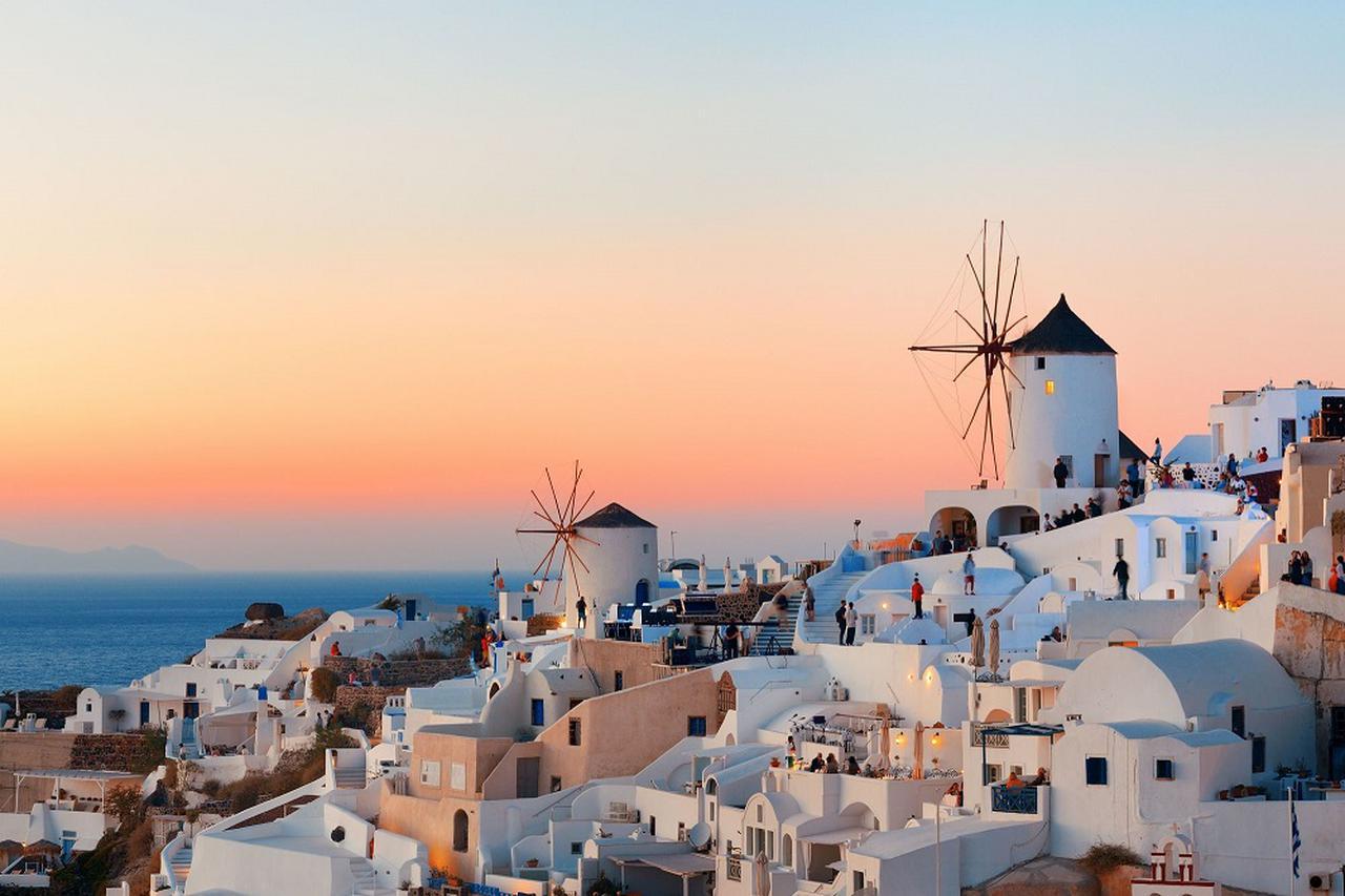 画像: イアの街 夕陽と風車(イメージ)