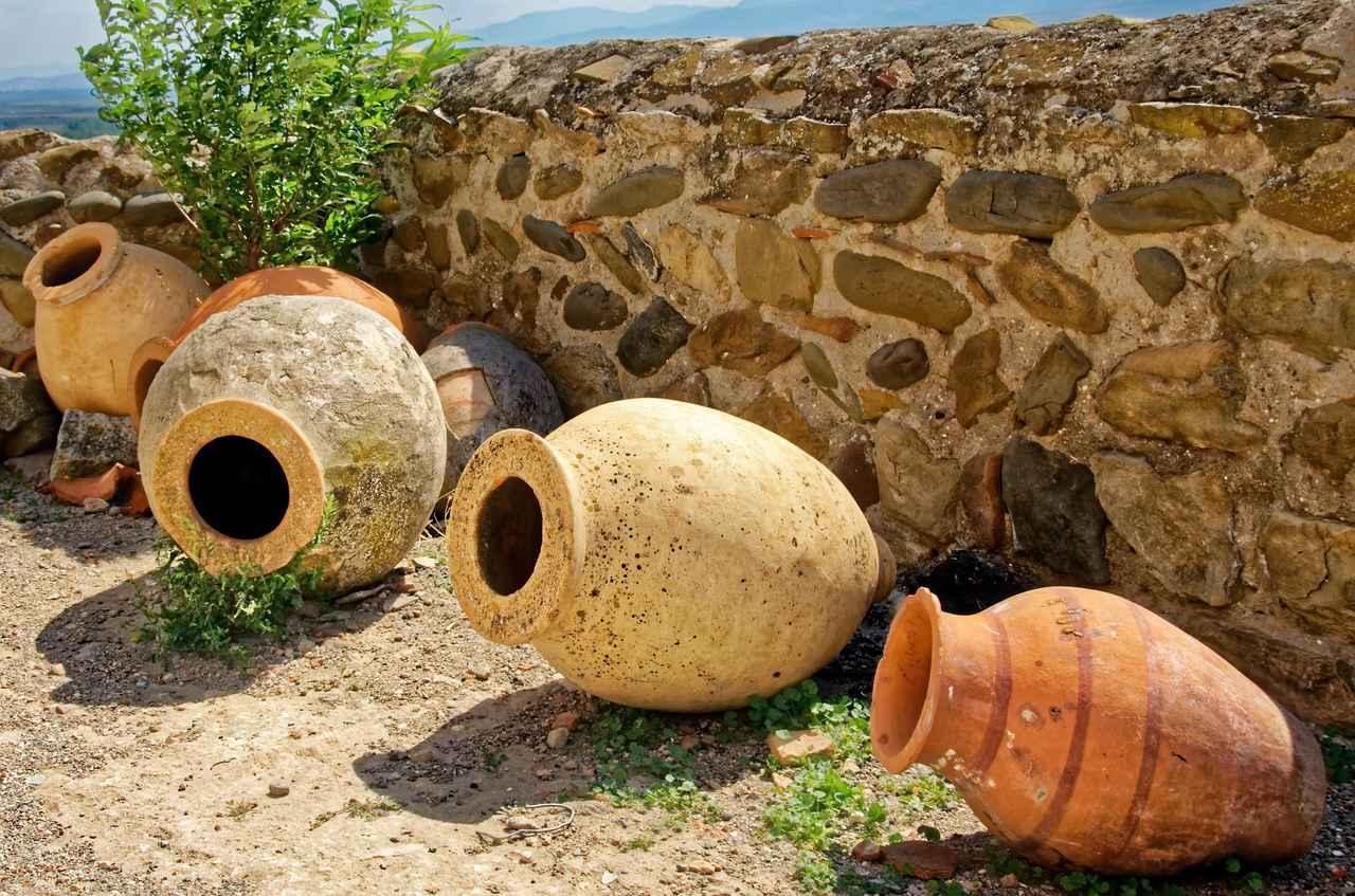 画像: 古代では、素焼きの壺アンフォラが盛んに使用された