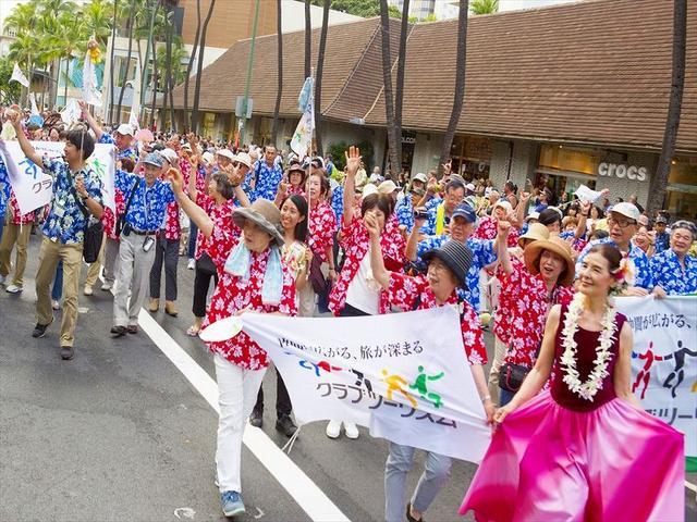 画像: 昨年のパレードの様子。沿道のお客様の声援を受けながら、ワイキキの目抜き通りを闊歩
